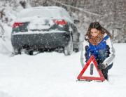 motorstopp i snø med varseltrekant